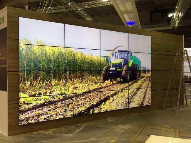 Split Wand 4 x 4 mit 55 Zoll Monitor zur Videowand verbaut
